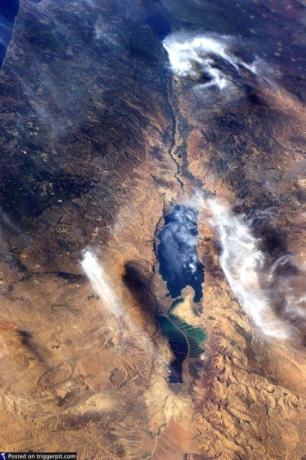 32. Мертвое море, Израиль<br>Мертвое море, также называемое Соленым, – это соленое озеро, граничащее с Иорданом на востоке, с Израилем и Западным берегом реки Иордан на западе. Его поверхность и берега находятся на высоте 423 метра ниже уровня моря, это самое низкое место на суше на Земле. Плавать здесь трудно, зато можно просто полежать на воде. (NASA/ESA)