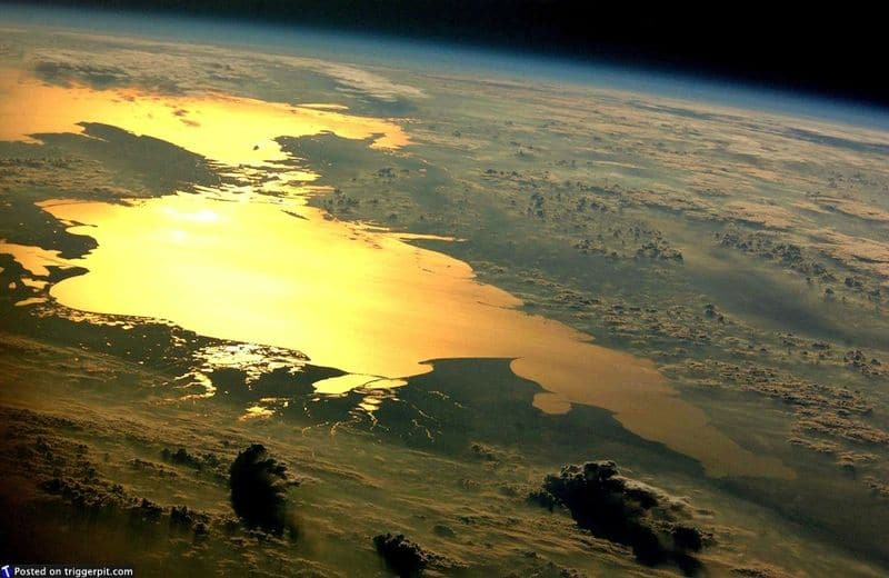 34. Отражение заката в Каспийском море<br>Каспийское море – самый крупный закрытый водоем на Земле по площади (371 тысяча кв.км.). Завершаем этот выпуск этим прекрасным снимком. Наша планета – настоящее золото. Чтите и защищайте ее, ведь это наш единственный дом. (NASA/ESA)