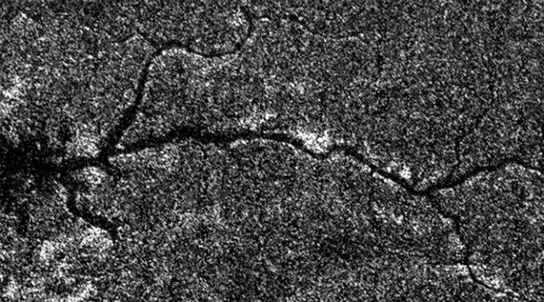 https://planetologia.ru/wp-content/uploads/2014/03/saturnun-uydusu-titanda-nile-benzeyen-bir-nehir-bulundu.jpg