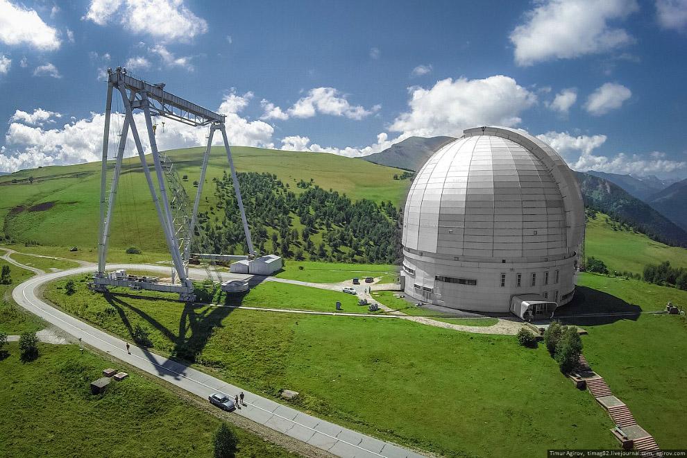 Слева от телескопа — специальный кран, который использовался при строительстве башни и телескопа