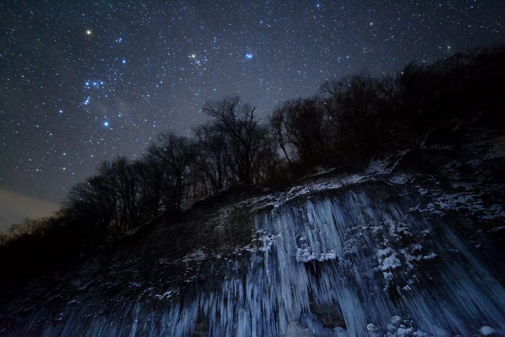 Замерзший водопад на фоне звезд